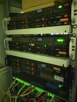 mehrere betreute 19-Zoll-Server